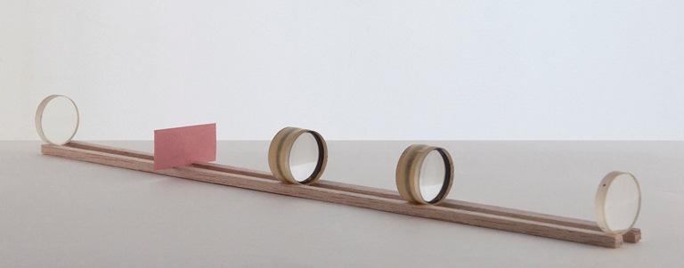 <em>Cloaking Device</em>,umjogo de lentes que torna um objeto invisível se olhado por entre elas