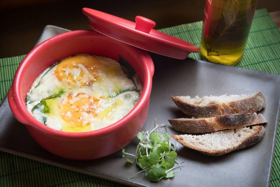 Panelinha de ovos: a sugestão chega quentinha, ao lado de fatias de pão sourdough