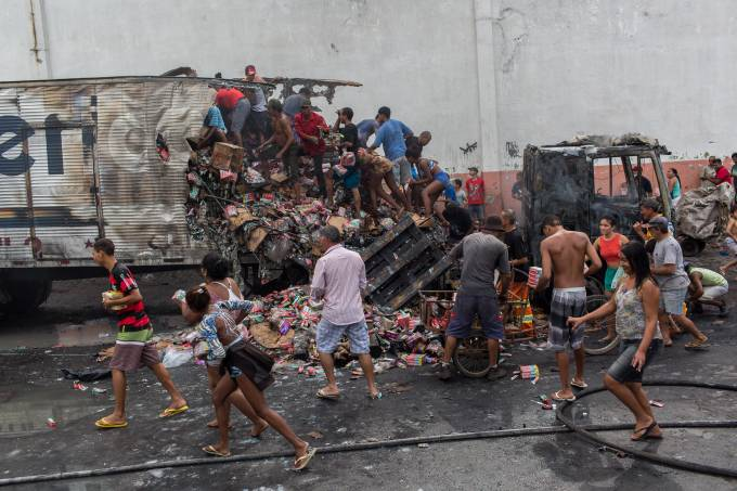 Populares saqueiam carga de caminhão incendiado no Rio