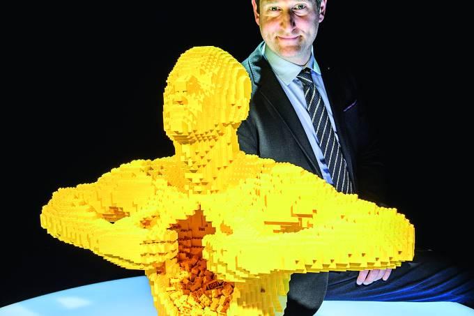 O escultor Nathan Sawaya e uma escultura feita de blocos do brinquedo Lego.