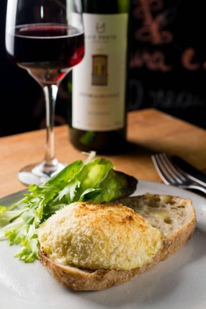 Queijo do tipo Saint-Marcellin produzido em Minas gratinado e pão sourdough