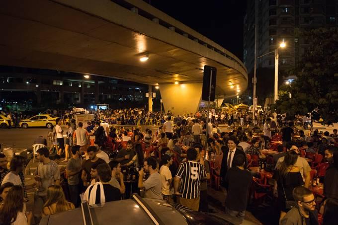 Ocupação das calçadas embaixo do viaduto Pedro Álvares Cabral