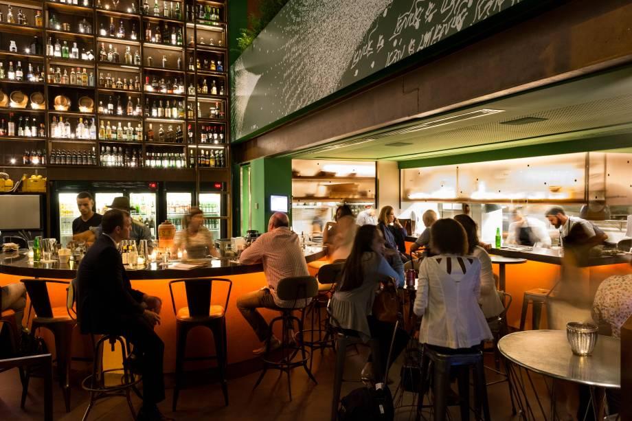 Nosso: bar e cozinha integrados pelo balcão
