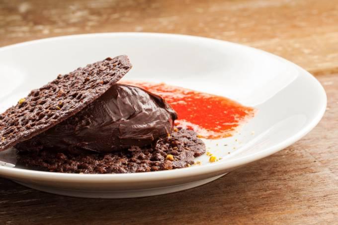 Gula Gula: crocante de chocolate com pistache, creme de avelã e coulis de morango