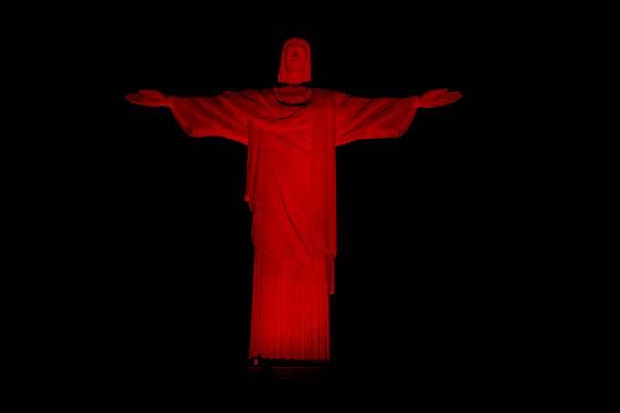 Cristo Redentor iluminado de vermelho // Vitor-Madeira_Viva-Rio-1