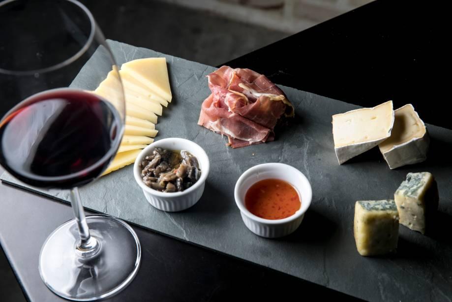 Tábua de queijos e presunto de Parma (R$ 61,00)