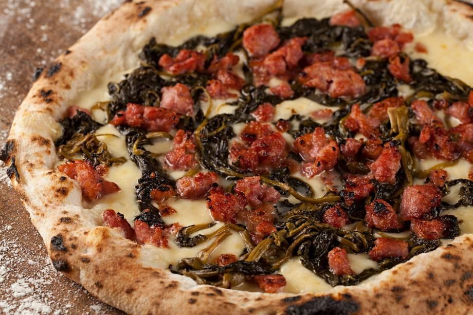 Salccicia e friarielli: mussarela, lingüiça toscana e friarielli, um vegetal que lembra o brócolis