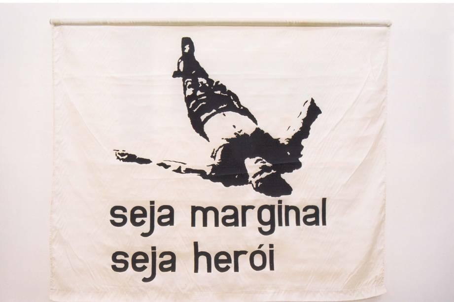 A célebre bandeira de Hélio Oiticica: exposta por Caetano no show em que foi preso com Gil, na boate Sucata, tido como o fim do movimento
