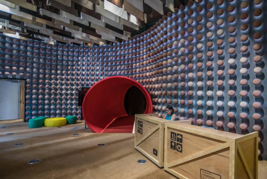 Entrada do YouTube Space na Zona Portuária: bolinhas na parede e bandeirolas no teto representam todas as tonalidades de pele no Brasil