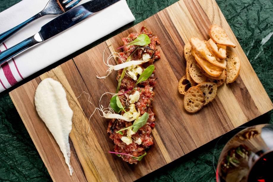 Steak tartare com picles de couve-flor, cebolinha tostada e creme de pecorino