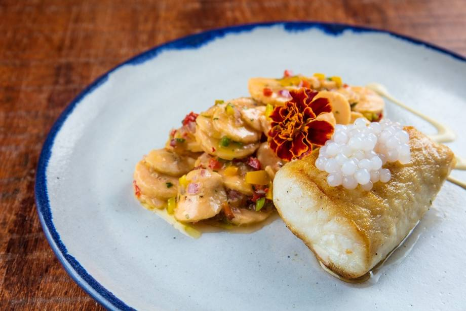 Peixe do grelhado com sagu de cachaça e ceviche de banana-da-terra