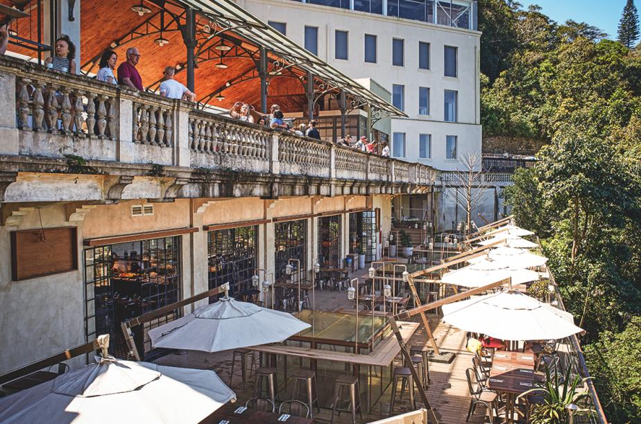 O antigo Hotel Paineiras abriga desde julho do ano passado um complexo turístico com loja de suvenires, restaurante e exposição permanente que se tornou uma atração à parte para quem visita o Cristo. Estrada Redentor, 7871, ☎ 2225-7036.