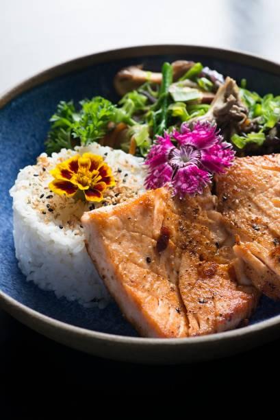 Salmão grelhado, arroz e salada: opção do menu executivo