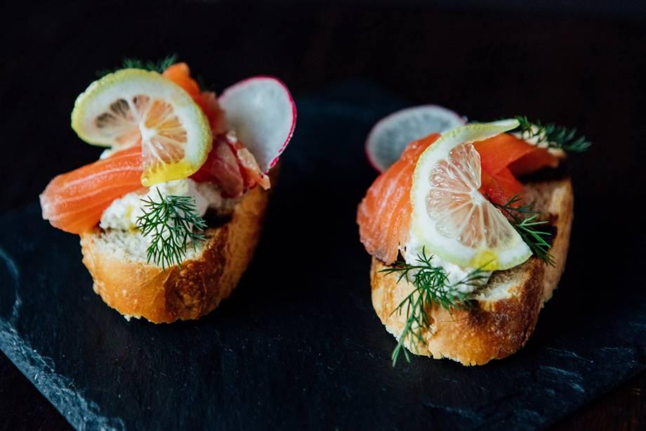 O começo: bruschettas de salmão gravlax e sour cream de limão-siciliano