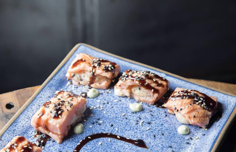 Japêtta: rolinho de salmão com camarão e cream cheese