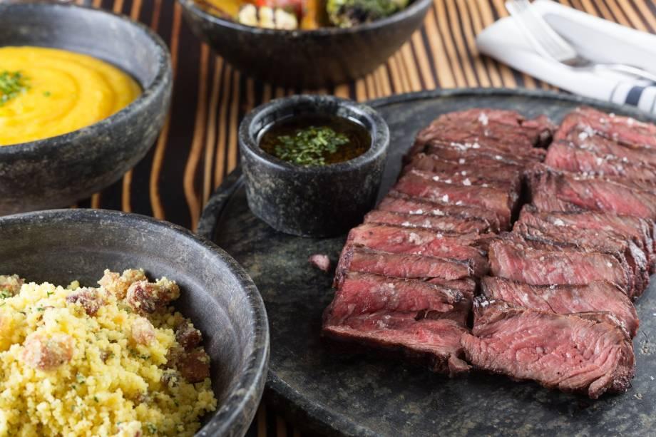 Denver steak, molho chimichurri, legumes, purê de baroa e farofa