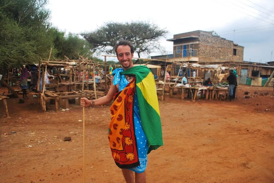 Gabriel vestido como os Masai