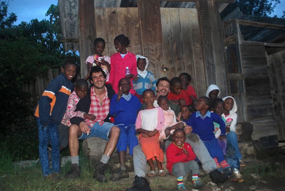 Membros da equipe com crianças e em uma locação