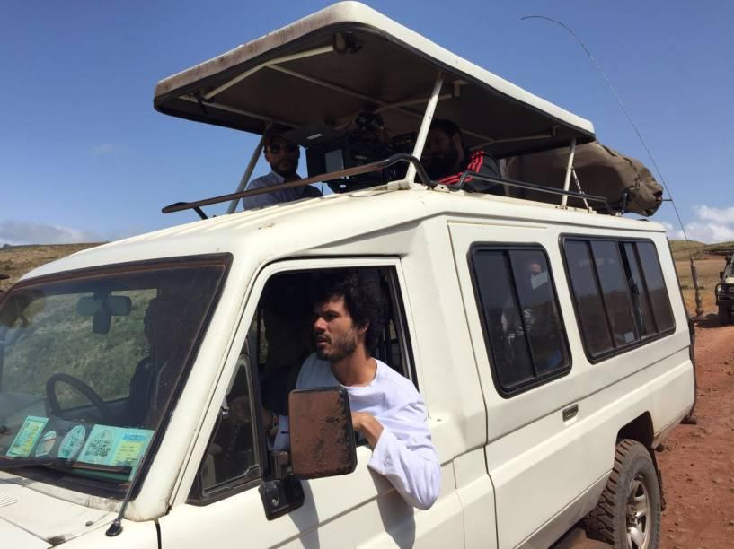 Barbosa ao volante de um dos carros usados na viagem