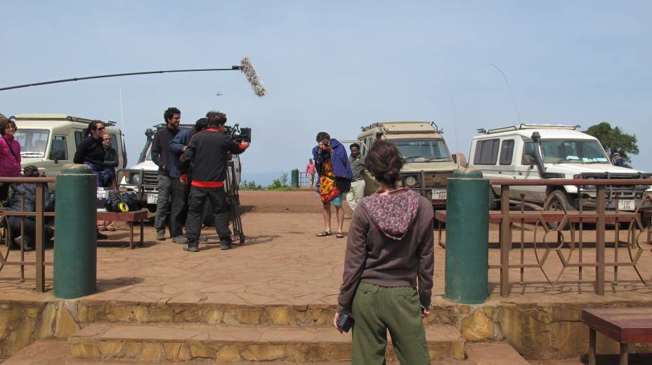 O diretor filma João Pedro (Gabriel) fotografando Carolina (Cristina)