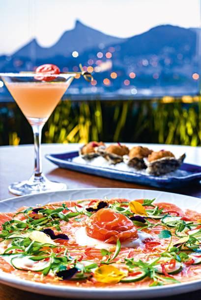 O menu reúne pratos de cinco tipos de culinárias, além de drinques inventivos