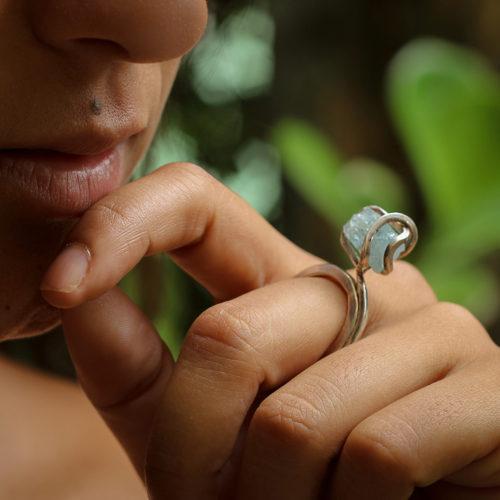 anel solitario com agua marinha
