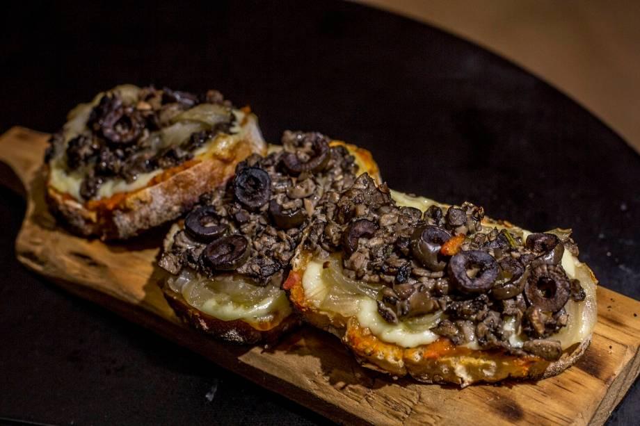 Bruschetta de cogumelo, queijo brie, fondue de tomate, azeitonas e cebola caramelada