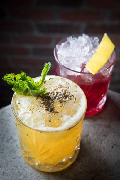 Drinques autorais:o bourbon & paixão (R$ 26,00, à frente), com uísque, maracujá, hortelã, mel e lavanda, e o rainha do pará (R$ 27,00), reunião de gim, bitter, licor de açaí, xarope de hibisco e limão-siciliano