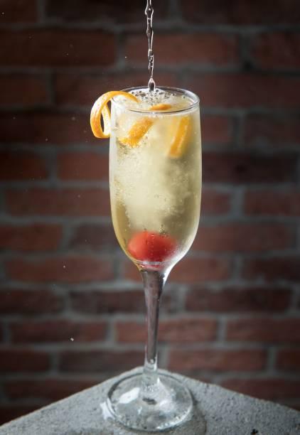 55/cocktail (R$ 24,00): espumante, cachaça, óleo saccharum (espécie de azeite) de laranja e Angostura