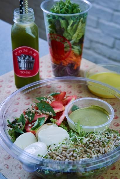 Salada de folhas, tomate, mussarela de bufala, brotos, semente de girassol e molho pesto