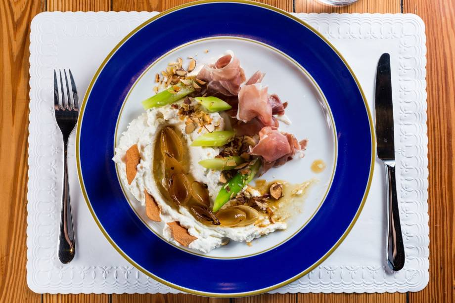 Aspargos, Parma, creme de queijo de cabra, cebola caramelada, chips de pão árabe e melado com amênodas