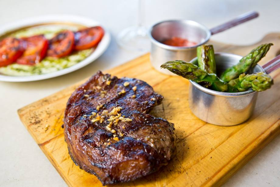 Baby beef, aspargos e tomate ao pesto