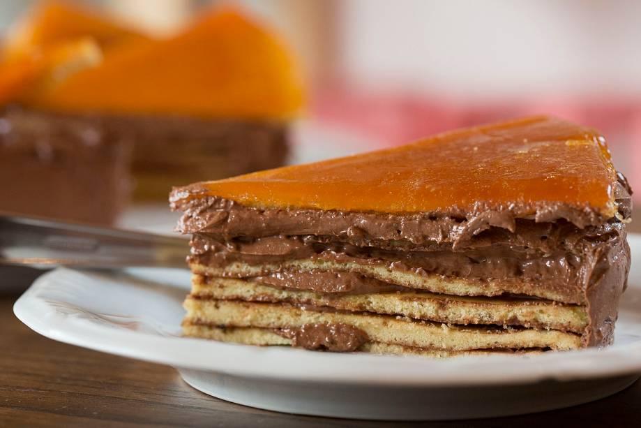 Dobos: receita húngara, leva camadas de pão de ló e creme de chocolate com manteiga cobertas de caramelo