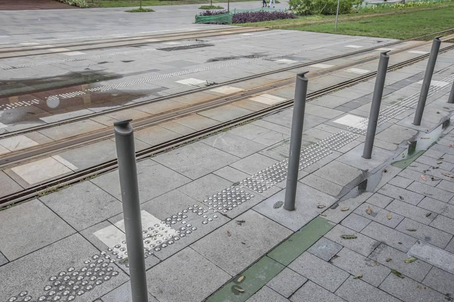 Em frente ao Armazém 2 do Píer Mauá, um problema comum em vários pontos da cidade: o piso está localizado depois de um obstáculo, o que põe o deficiente visual em risco