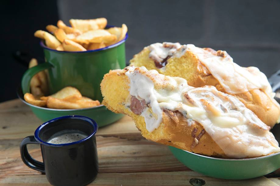 Dinamarquês: cachorro-quente de linguiça de pernil defumada com três queijos (R$ 28,00)