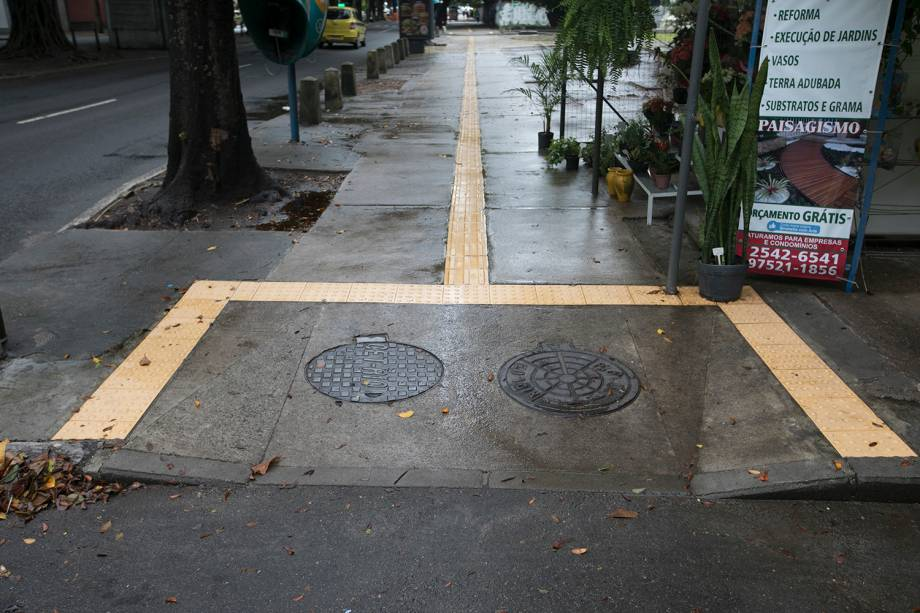 Além de haver obstáculos em cima da faixa, toda a extensão da rota que liga o Rio Sul ao Pão de Açúcar é escorregadia. Em locais abertos, o piso deve ser antiderrapante