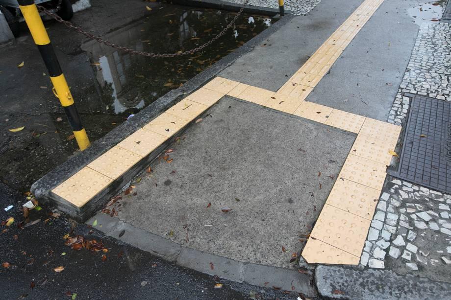 Rampas sem guias rebaixadas são um grande risco. A inclinação adequada das abas laterais é essencial também para cadeirantes, principalmente perto de travessias