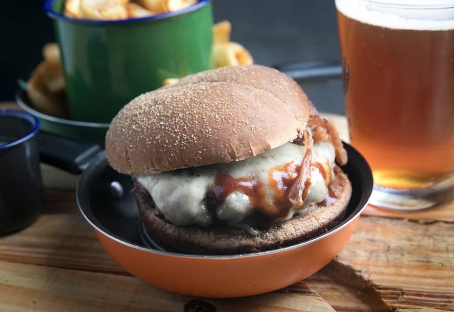 Hambúrguer clássico (R$ 20,00): blend de fraldinha e costela, queijo, barbecue e cebolas fritas no pão de batata