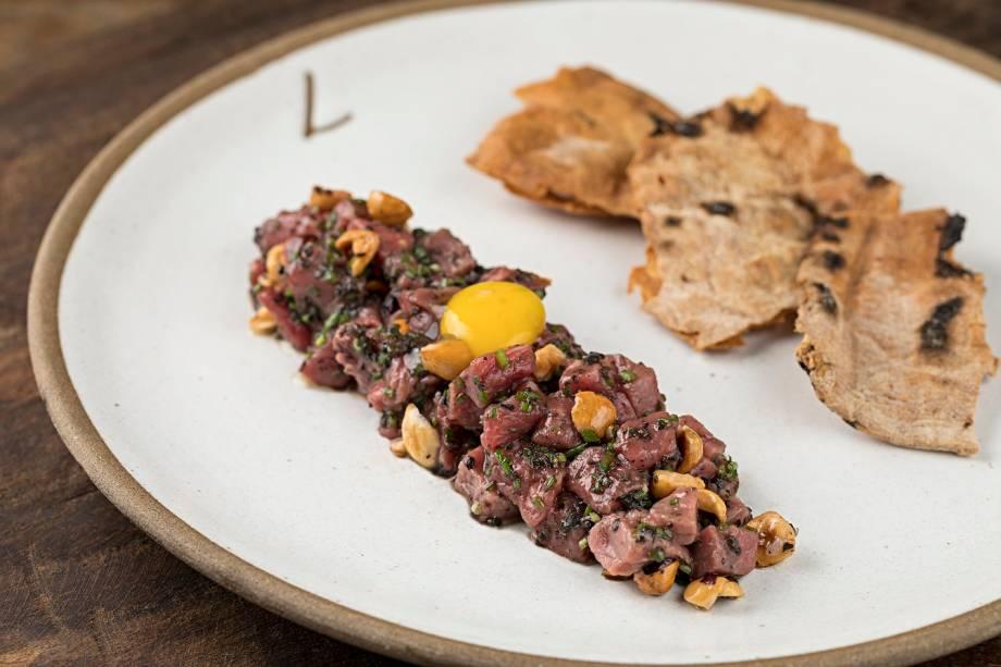 Carne cruda: cubos de wagyu, molho trufado, avelã tostada e gema de codorna