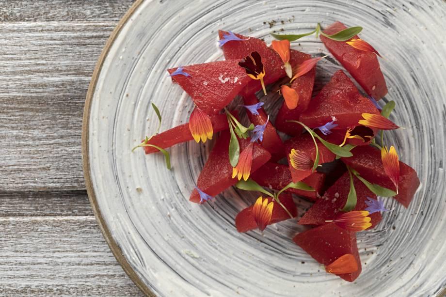 Salada oia: melancia, iogurte, hortelã e especiarias