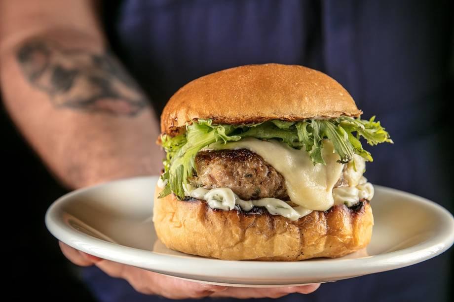 Hambúrger suíno, maionese de manjericão, queijo meia-cura e salada