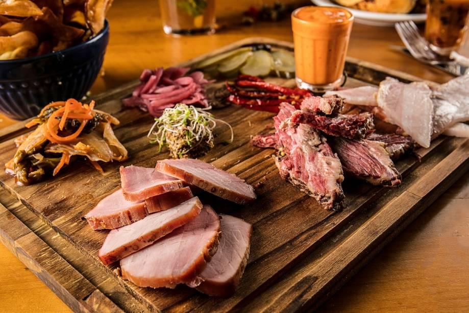 A tábua de charcuitaria oferece uma mostra das carnes curadas da casa