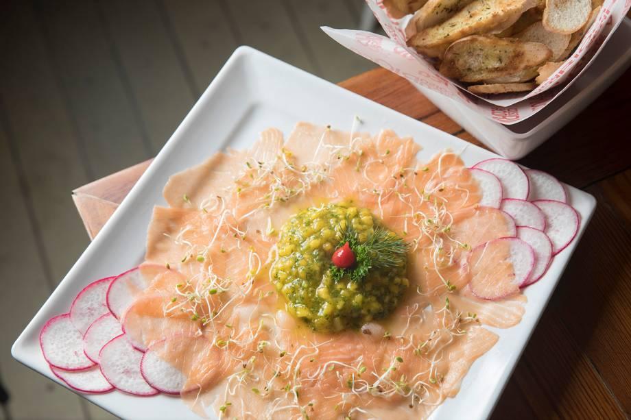 Coisa de Carioca: para começar, carpaccio de salmão defumado com salsa de manga (R$ 42,00)