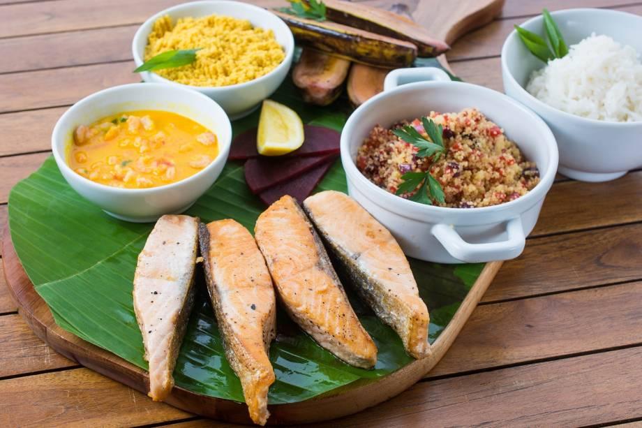 Salmão com alcaparras, cogumelos e ervas, cuscuz marroquino, molho de camarão e banana flambada