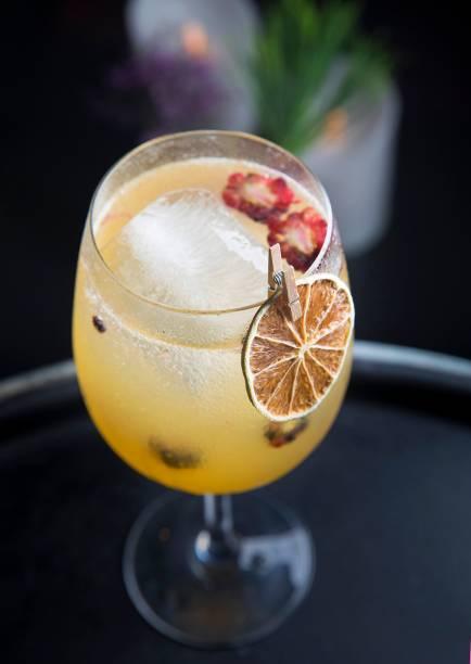 Tahiti feelings: spritz de licor 43, limão-taiti, amora e espumante (R$ 27,00).