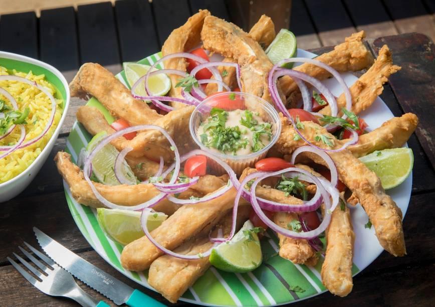 Costelinha de tambaqui empanada, arroz ao curry e molho rosê