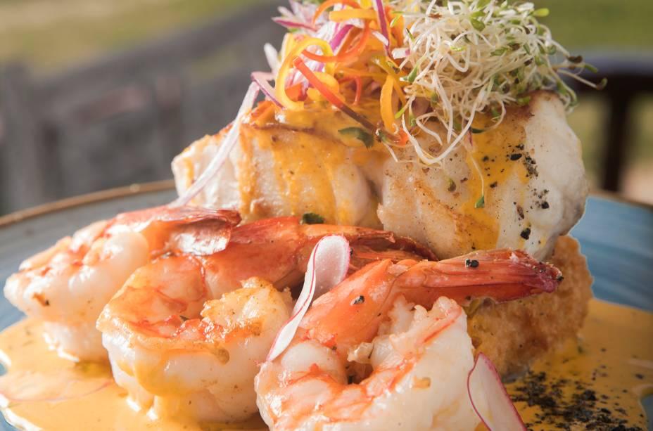 Pesqueirinho: o prato de peixe e camarão grelhados com croquete de aipim e gruyère (R$ 74,90) é a dica do quiosque