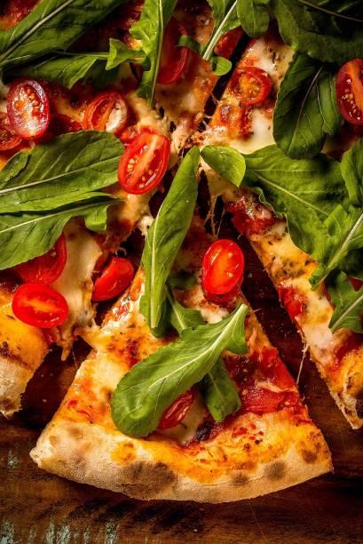 Pizza caprese: mussarela, tomate-uva e rúcula