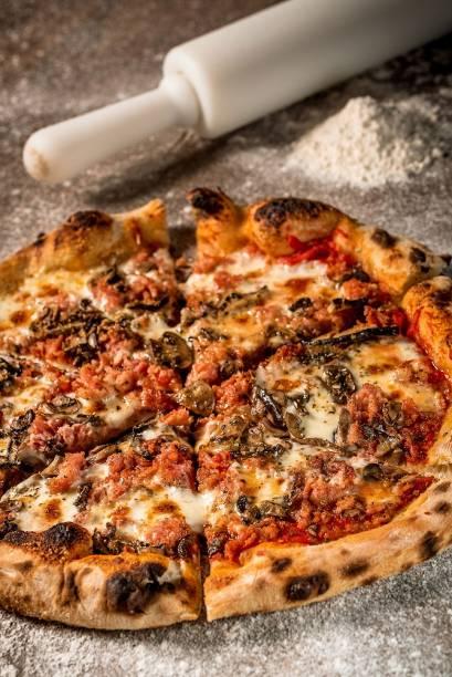 Pizza campania: mussarela, linguiça artesanal e cogumelos