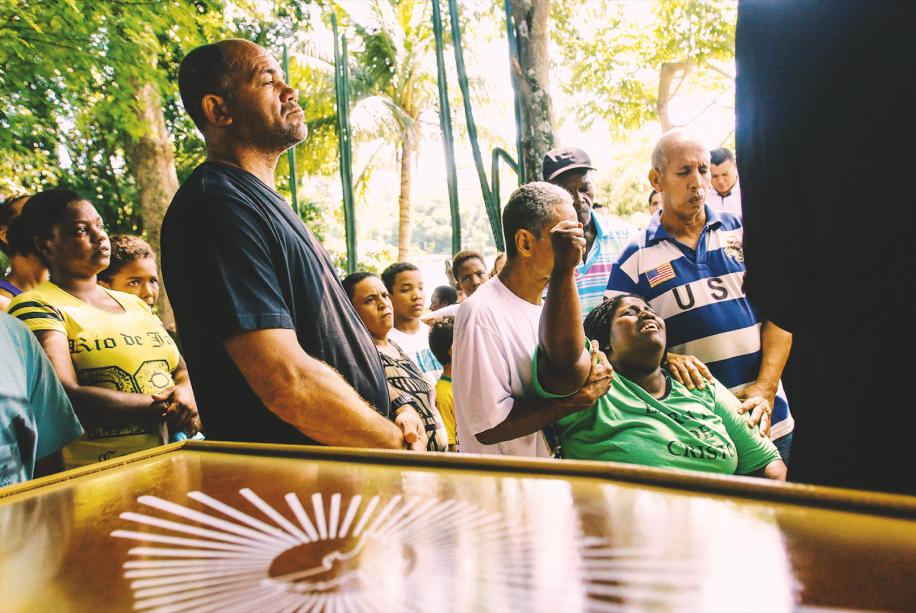 MARÉA falsa denúncia de que três policiais teriam se tornado reféns na favela Nova Holanda fez com que PMs do 22º Batalhão invadissem a área no começo da tarde do dia 6. A movimentação levou a um confronto entre bandidos e PMs que resultou na morte de dois inocentes: Matheus Fernandes, de 20 anos, e o adolescente Jeremias Moraes, de 13. Quarenta escolas foram fechadas em decorrência do conflito.